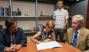 Firma del convenio de SIGRE con la APIA para instituir una beca de Periodismo Ambiental